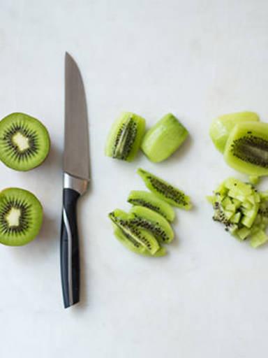 Kiwi einfach schälen und schneiden