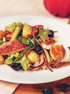 Salat Niçoise mit Rotbarbe