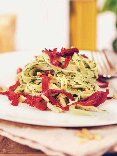 意大利宽面配青酱和熏干牛肉