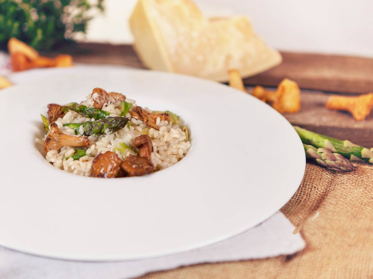 Risotto with asparagus and chanterelles