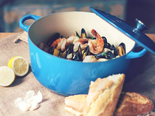 Steamed mussels with shrimp and garlic bread