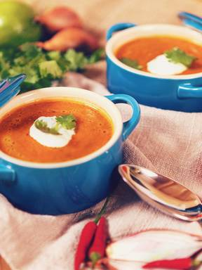 Aromatische Tomatensuppe mit Koriander-Schmand