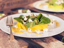 Mango salad with popcorn
