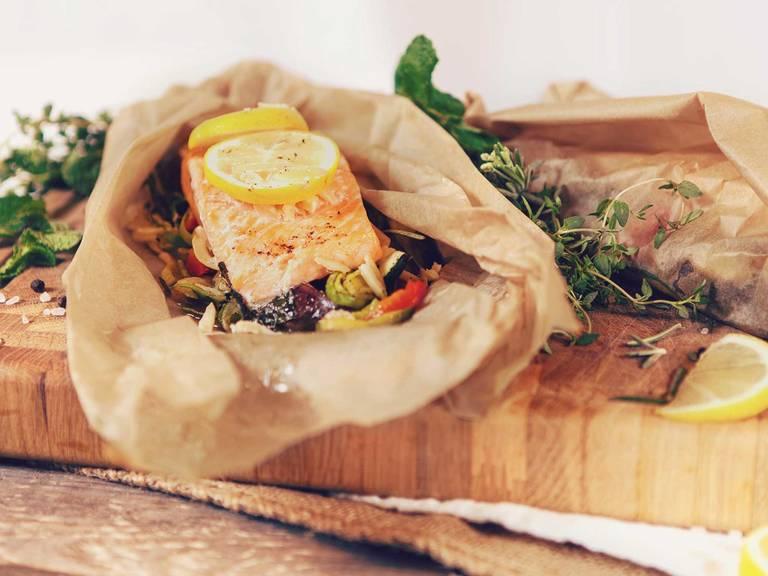 Gedämpfter Lachs aus dem Päckchen auf Gemüsebett