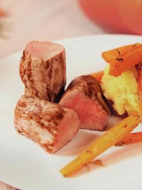 Schweinefilet mit Estragon-Karotten und Kartoffelstampf