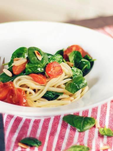 Linguine mit Salbeibutter, Babyspinat, Tomaten