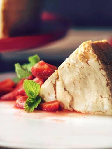 Angel Food Cake an frischen Erdbeeren