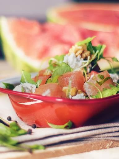 Melonen-Ziegenkäse-Salat mit Walnüssen