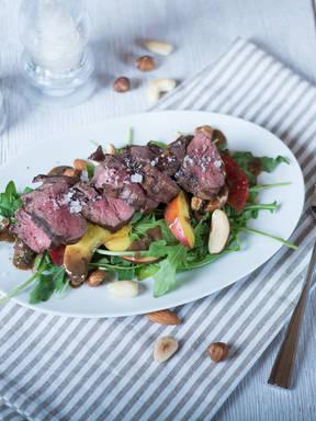 Sommersalat mit Steak und Nektarinen