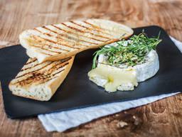 Gegrillter Camembert mit Knoblauchbrot
