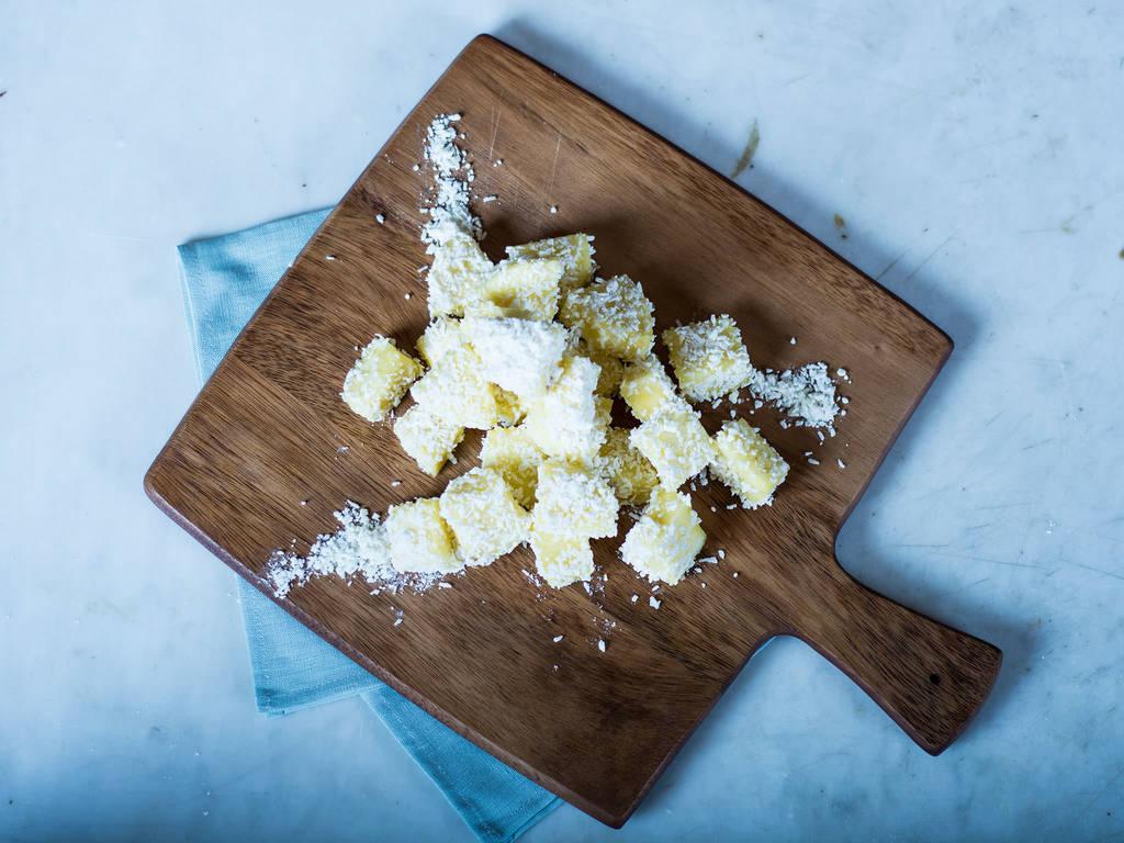 Ananas in weißer Schokolade und Baiser