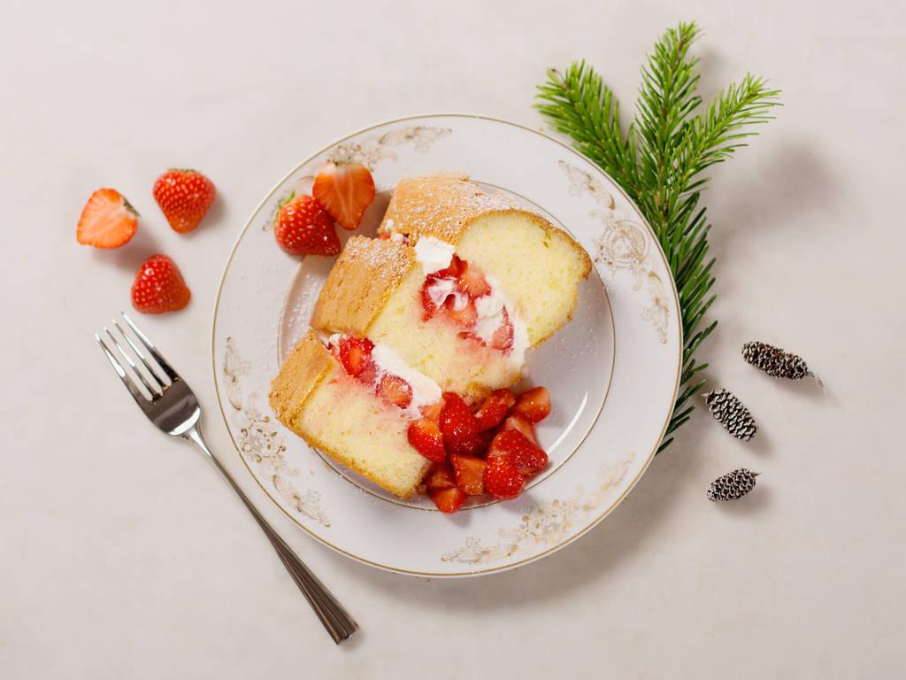 戚风蛋糕配奶油鲜草莓