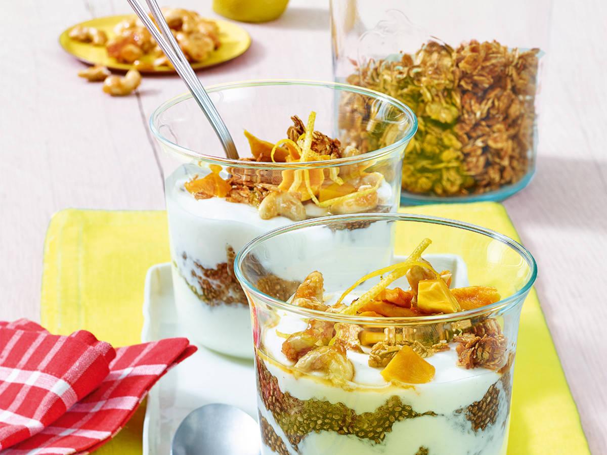 Vanillejoghurt mit Mango, Chia, Knuspermüsli und Nüssen