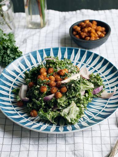 Grünkohlsalat mit scharfen Kichererbsen