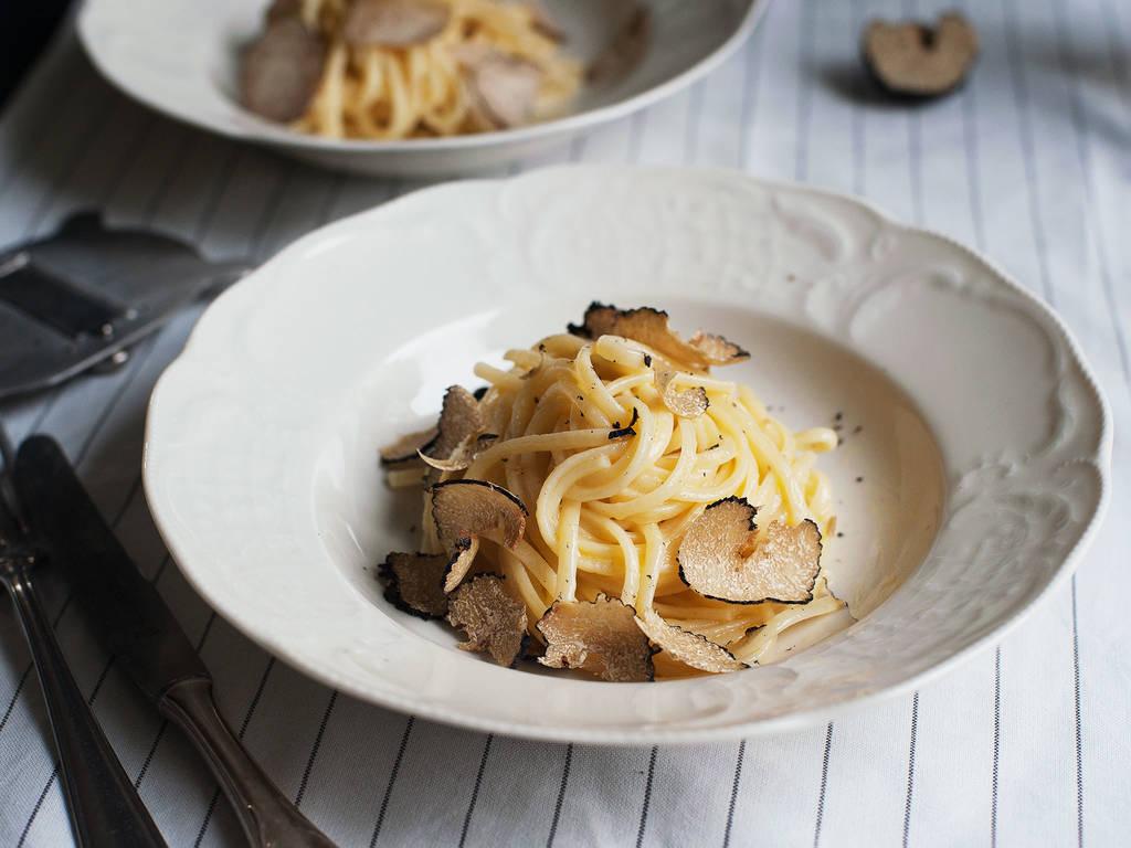 Einfache Pasta mit frischen schwarzen Trüffeln