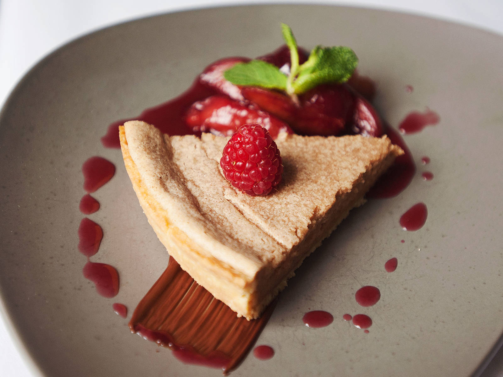Speculaas cake with plum compote