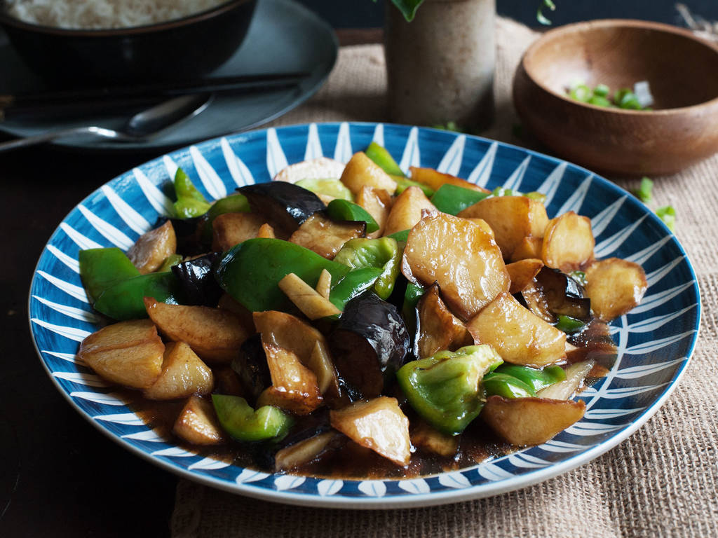 Gemüsepfanne mit Kartoffel, Aubergine und Paprika