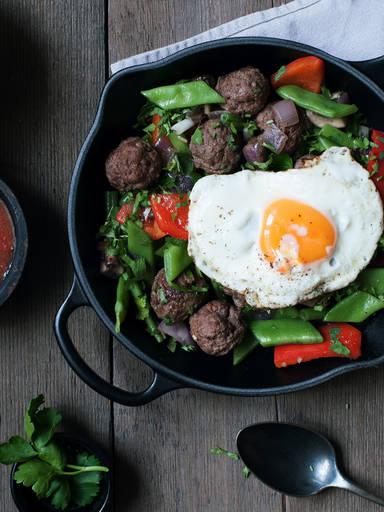 蔬菜烩肉丸配辣酱