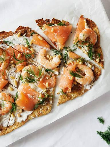 Low Carb Pizza aus Blumenkohl mit geräuchertem Lachs