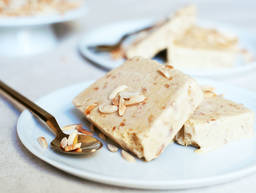 Cinnamon and almond ice cream
