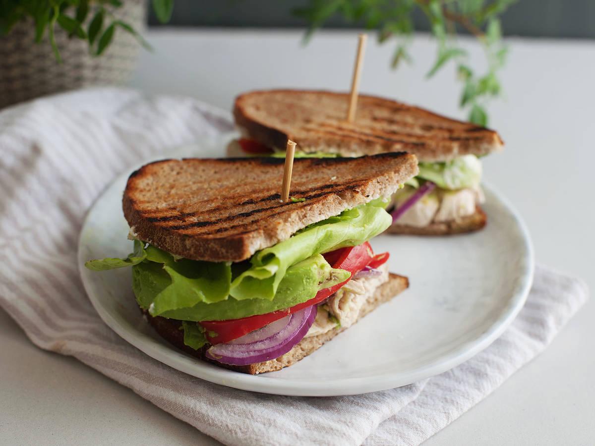 Sandwich mit pochiertem Hähnchen und Avocado
