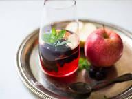 Spritzige Limonade mit Blaubeeren und Apfel