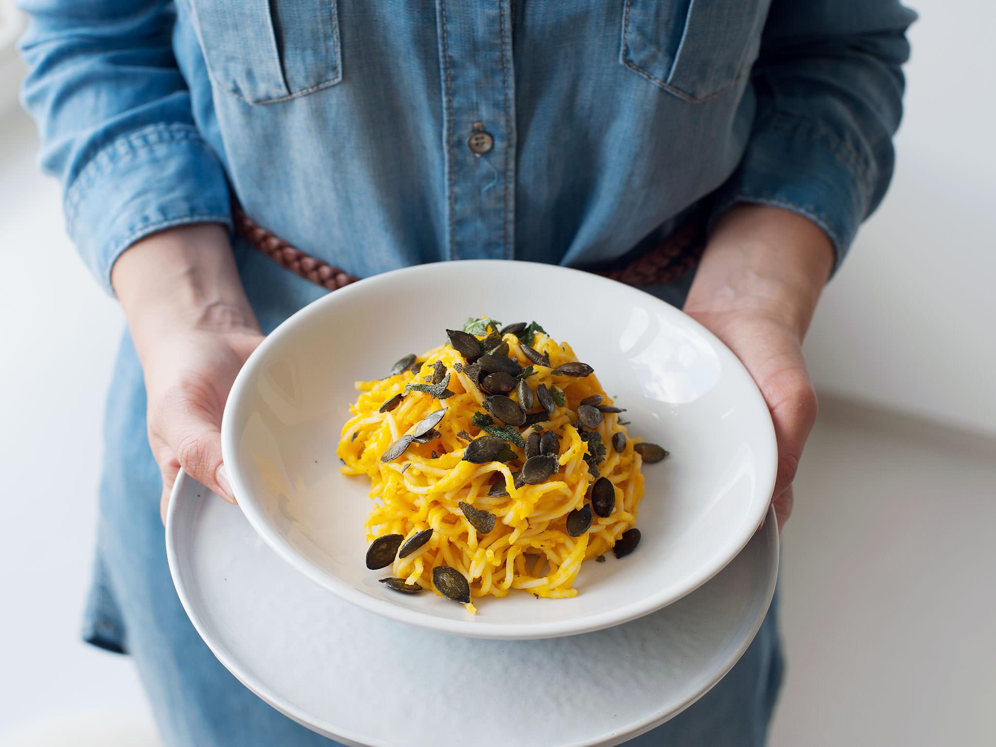 cremige pasta mit k rbis und salbei rezepte kitchen. Black Bedroom Furniture Sets. Home Design Ideas