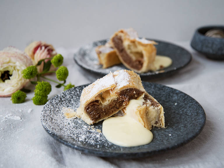 Quick nut strudel with warm vanilla sauce