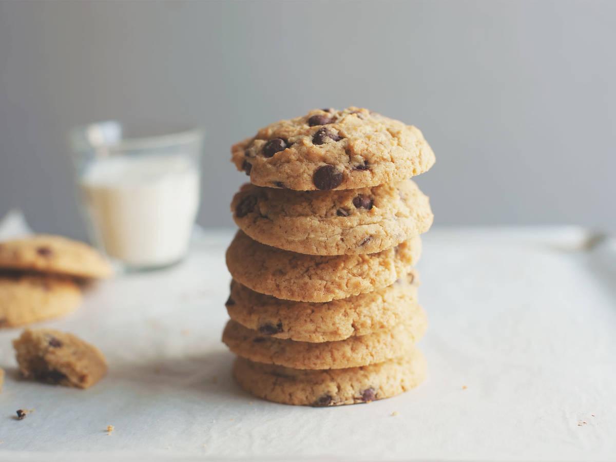cookies mit schokoladenst ckchen rezept mit video kitchen stories. Black Bedroom Furniture Sets. Home Design Ideas