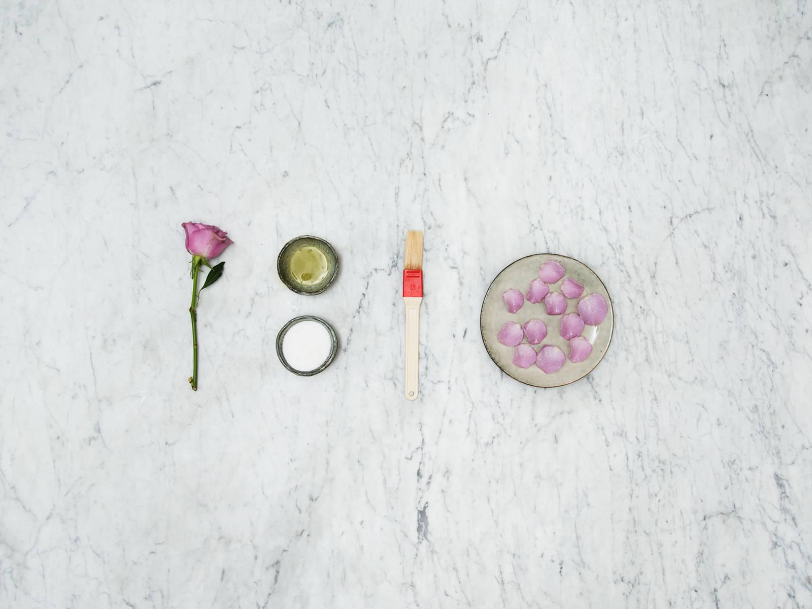 如何给玫瑰花瓣裹上糖衣
