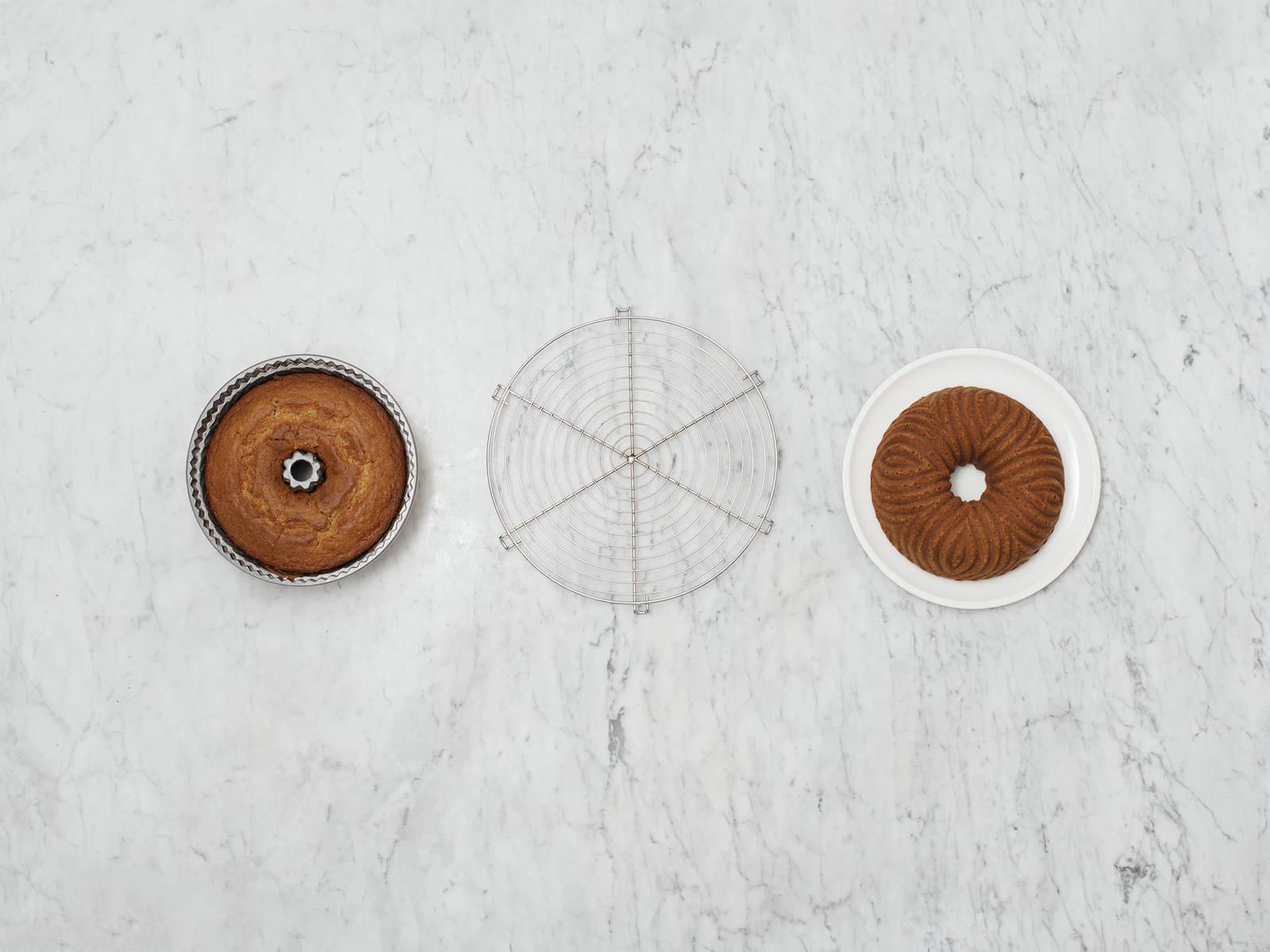 如何将蛋糕从圆环烤盘中取出
