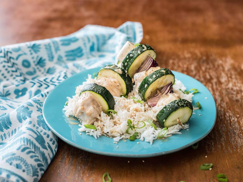 Hähnchen-Gemüse-Spieße mit Basmatireis und Kokosmilch-Soja-Soße