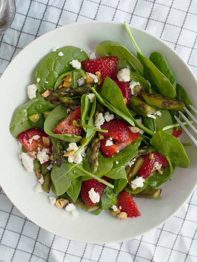 Leichter Erdbeer-Spargel-Salat