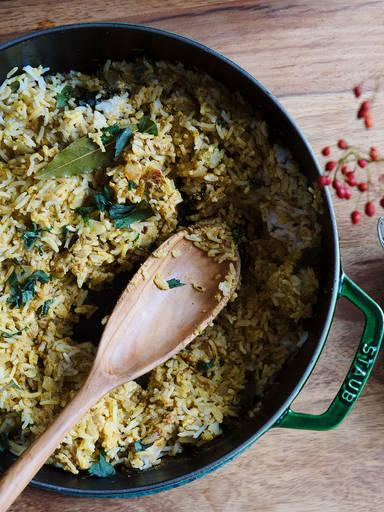 Hähnchen-Curry mit aromatischem Reis und Safranmilch