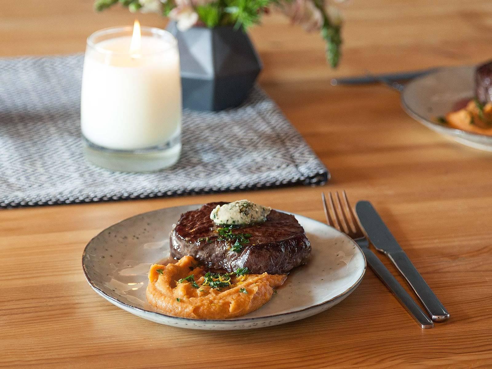 Sous-Vide-Steak mit Süßkartoffelpüree und Kräuterbutter