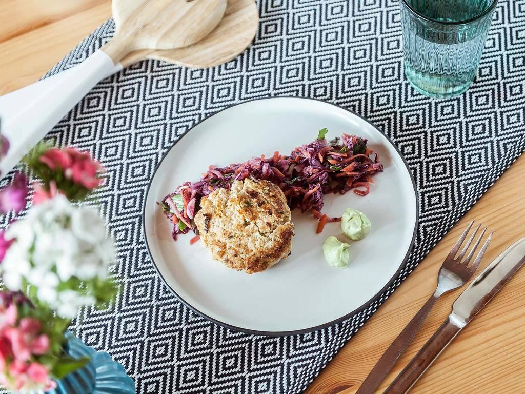Lachsfrikadellen mit asiatischem Krautsalat und Wasabi-Mayo