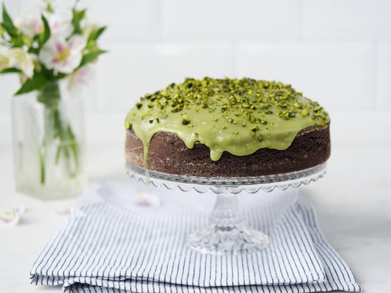 Schokoladenkuchen mit Avocado und Pistazien