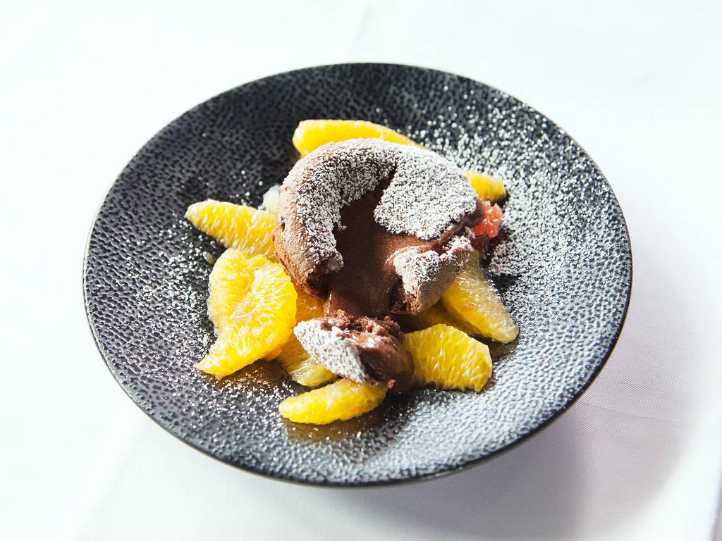 Schokoküchlein mit flüssigem Kern und Glühwein-Zitrusfruchtsalat
