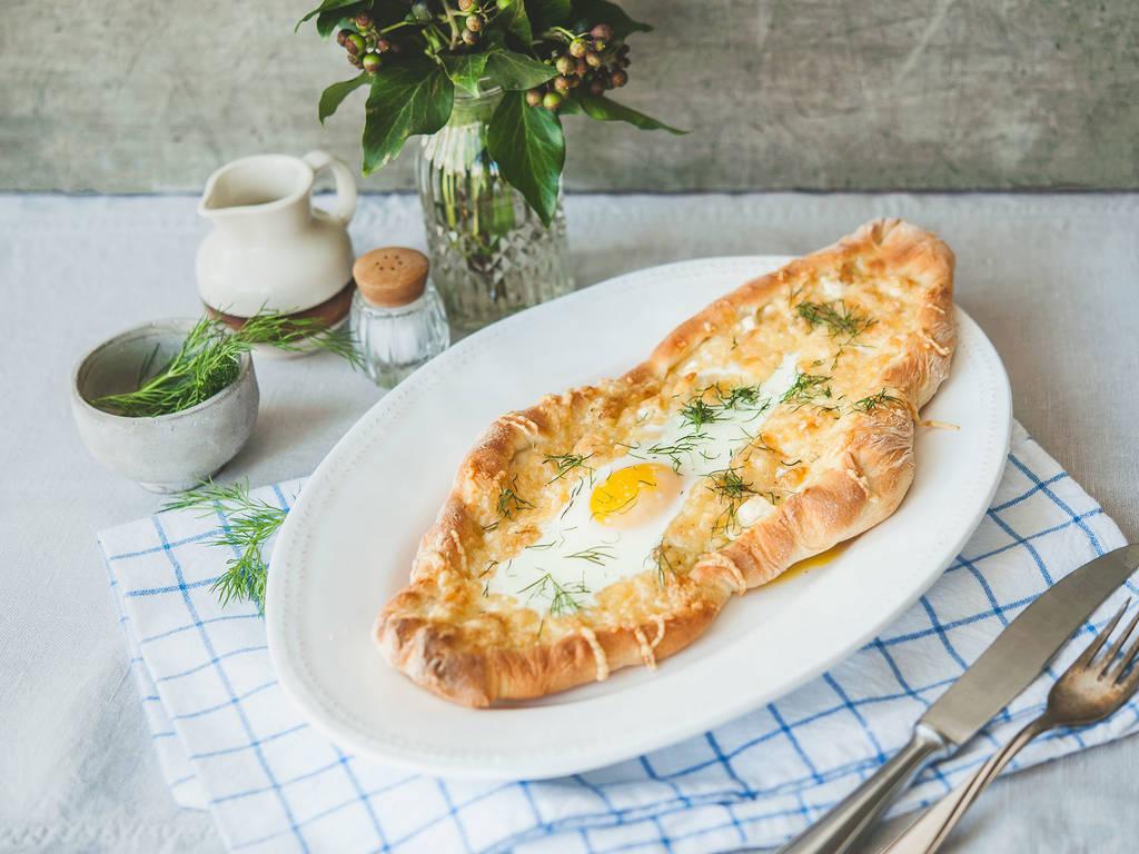 Georgisches Brot mit Käse und Ei