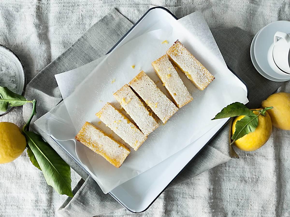 fruchtige zitronenschnitten auf m rbeteig rezept mit video kitchen stories. Black Bedroom Furniture Sets. Home Design Ideas