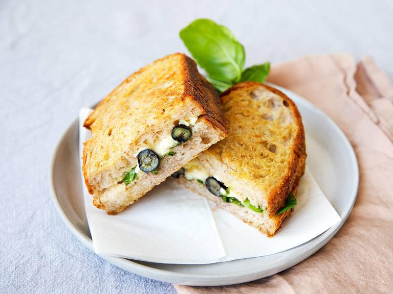 Knuspriges Camembert-Blaubeer-Sandwich