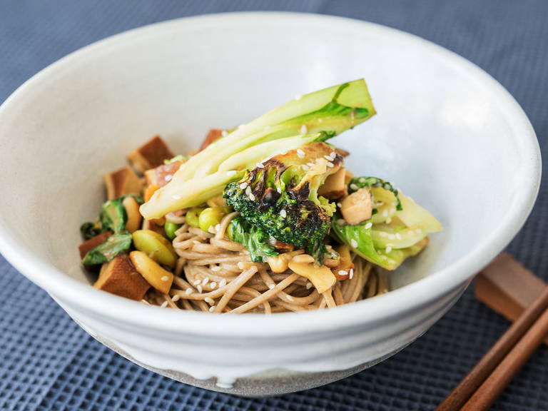 Sobanudeln mit Tofu in Miso-Marinade und Gemüse