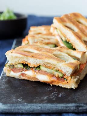 烤西葫芦卡布里三明治