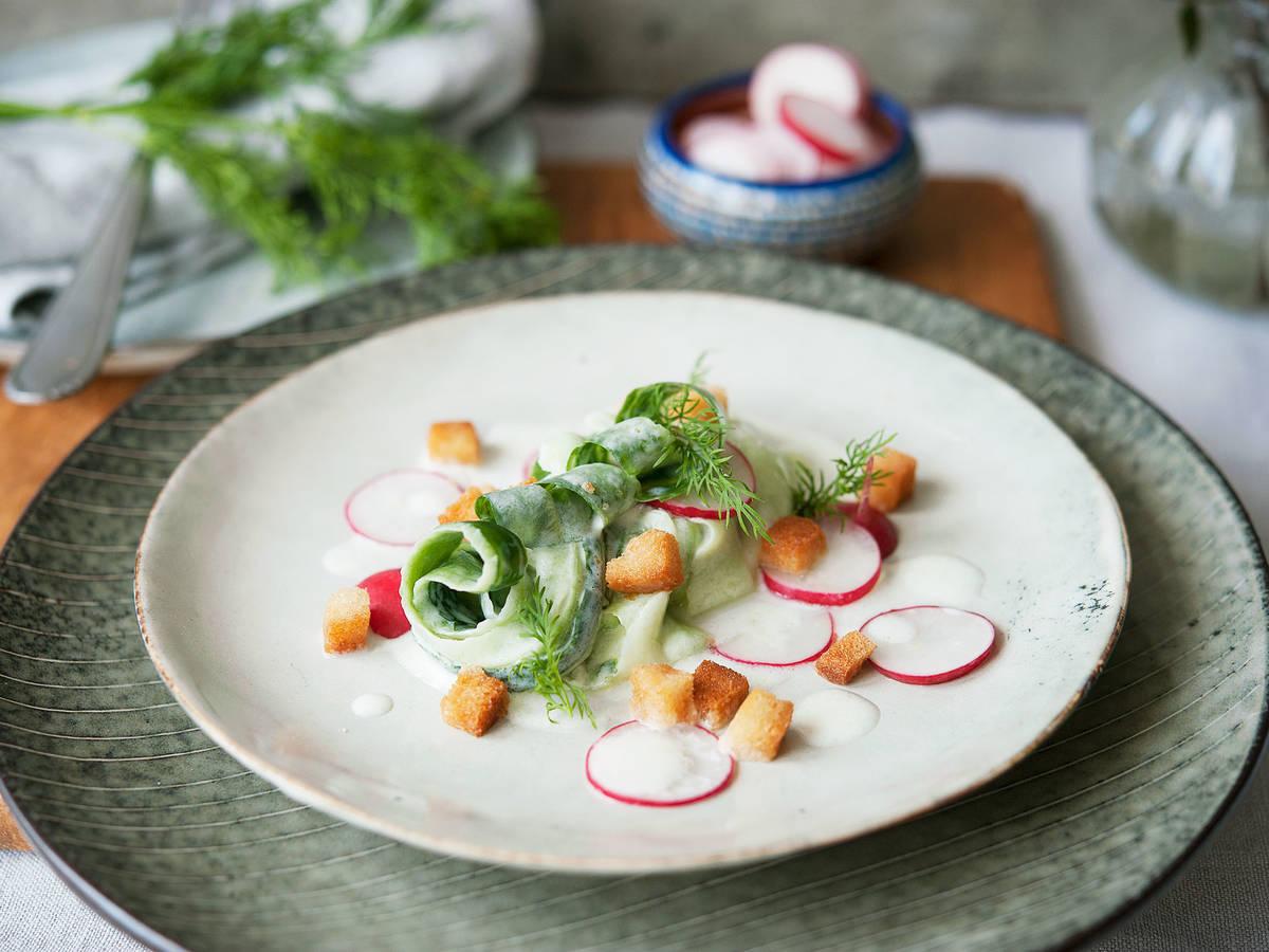 Cremiger Gurkensalat mit Radieschen und Croûtons