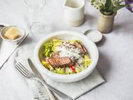 Salat mit Steakstreifen und Caesar-Dressing