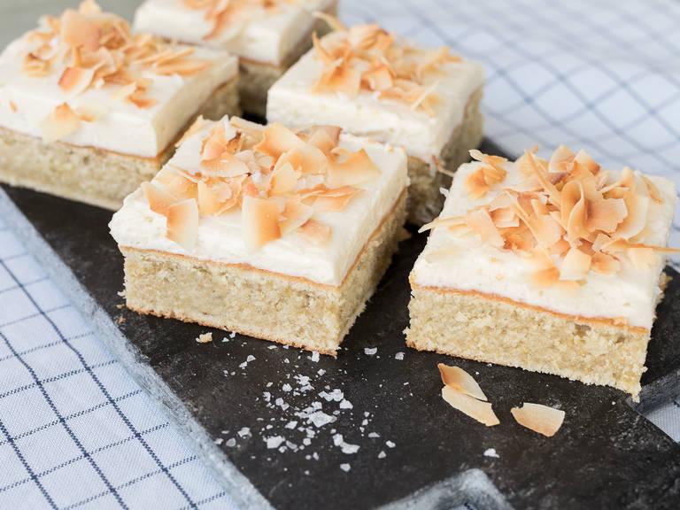 Kamillenkuchen vom Blech mit salzigem Kokosnuss-Frosting