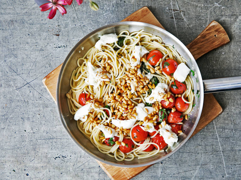 Pasta with burst cherry tomatoes and mozzarella