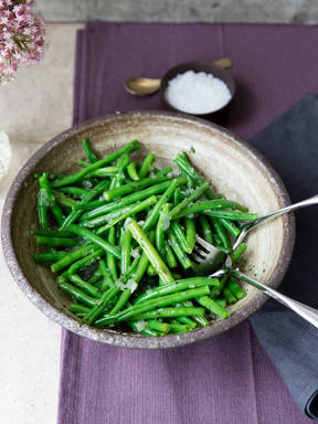 Marinated green beans with savory and onions