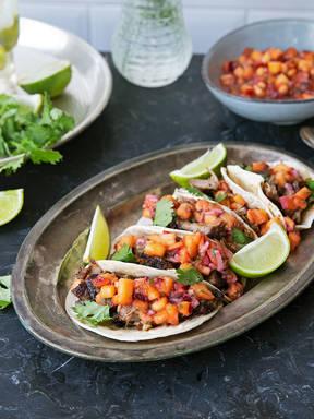 Tacos mit würzigem Pulled Pork und Pfirsich-Salsa