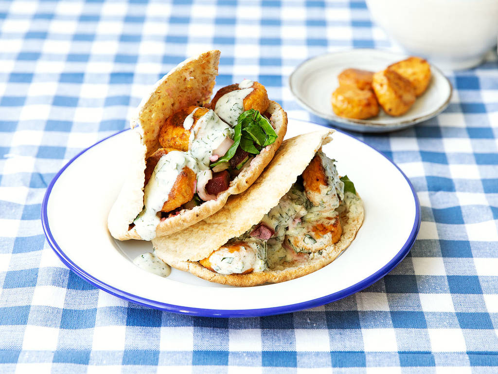 Gefüllte Pitataschen mit Joghurt-Minz-Dip und vegetarischen Frikadellen